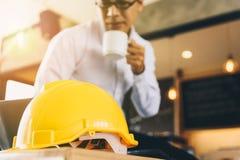 Żółty ciężki zbawczego hełma kapelusz dla zbawczego projekta robociarz jako e obrazy stock