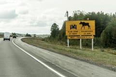 Żółty diamentowy ruchu drogowego drogowego znaka uwagi łosia amerykańskiego ostrzegawczy skrzyżowanie, wysyłający przy trans Cana Zdjęcie Royalty Free