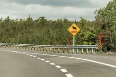 Żółty diamentowy ruchu drogowego drogowego znaka uwagi łosia amerykańskiego ostrzegawczy skrzyżowanie, wysyłający przy trans Cana Obrazy Royalty Free