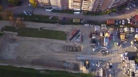 Żółty ekskawator przy budową ładuje w wiadro, usuwa one początek praca na miejscu i cement i miażdżącego kamień zdjęcie wideo