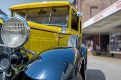 Żółty historyczny samochód w zakończenie widoku diagonally od przodu z czarnymi fenders, bocznymi częściami z wentylacj szczelina obrazy royalty free