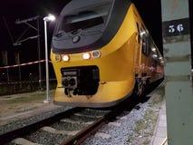Żółty holenderski virm pociąg w roosendaal te netherland zdjęcie stock