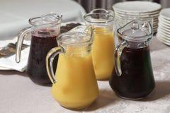 Żółty i czerwony Szklany miotacz żółty i czerwony smoothie sok Wyśmienicie sok pomarańczowy w dzbanku uice w ciężkiej szklanej dz obrazy royalty free