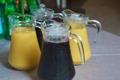 Żółty i czerwony Szklany miotacz żółty i czerwony smoothie sok Wyśmienicie sok pomarańczowy w dzbanku uice w ciężkiej szklanej dz obraz stock