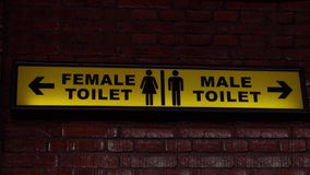 Żółty Jawnej toalety znak zbiory