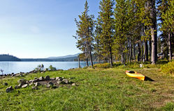 Żółty Kajak na Bankach Trawiasty Jezioro Obraz Royalty Free