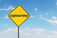 Żółty kierunkowskaz z cryptocurrency słowem Fotografia Royalty Free