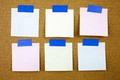 Żółty kleisty nutowy writing, podpis, inskrypcja korka deska z sześć pustymi kolorowymi kleistymi notatkami obraz stock