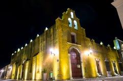 Żółty kościół przy nocą i kolonista architekturą - Campeche, Meksyk zdjęcie royalty free