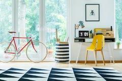 Żółty krzesło przy biurkiem zdjęcia stock