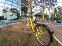 Żółty OFO bicykl w Brigadeiro Faria Lima alei obrazy royalty free