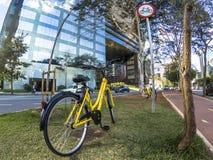 Żółty OFO bicykl w Brigadeiro Faria Lima alei obraz stock