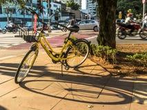 Żółty OFO bicykl w Brigadeiro Faria Lima alei Od Chińskiej roweru udzielenia firmy parkującej zdjęcia stock