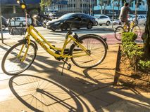 Żółty OFO bicykl w Brigadeiro Faria Lima alei zdjęcie stock