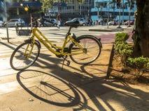 Żółty OFO bicykl w Brigadeiro Faria Lima alei zdjęcie royalty free