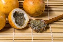 Żółty pasyjnej owoc lub passiflora flavicarpa Fotografia Stock