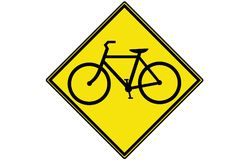 Żółty Rowerowego ruchu drogowego znak ostrzegawczy zdjęcia royalty free