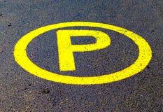 Żółty ruchu drogowego znak rysujący na asfalcie obraz stock