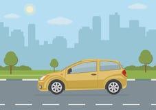 Żółty samochód na miasta tle Obraz Royalty Free