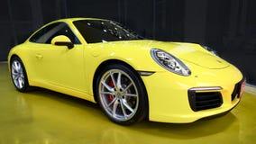 Żółty samochodowy Porsche 911 Carrera S w sala wystawowej zdjęcie stock