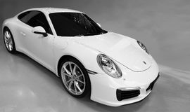 Żółty samochodowy Porsche 911 Carrera S w sala wystawowej obrazy stock