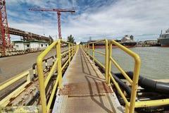 Żółty stalowy wybieg był drogą dojazdową dla pracować w doku obraz royalty free