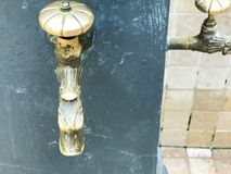 Żółty stary rocznik forged lanego antykwarskiego faucet, faucet, mosiężni dopasowania, groszak dla pić, myjący cieki i ręki verdu obraz stock