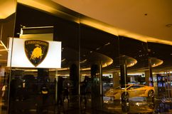 Żółty super samochodowy lamborghini w przedstawienie pokoju 2sn podłoga przy centrum Siam paragon duma Bangkok Tajlandia obraz royalty free