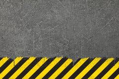 Żółty tło z czarnym grunge zagrożenia znakiem obraz stock