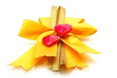 Żółty tasiemkowy łęk i serce fotografia royalty free