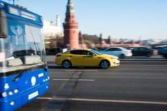 Żółty taxi samochód w ruchu na miasto ulicie obrazy royalty free