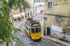 Żółty tramwaj 28 w Lisbon Zdjęcie Stock