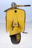 Żółty Vespa hulajnoga przód Zdjęcia Royalty Free