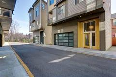 Żółty wejściowy drzwi budynek mieszkaniowy fotografia royalty free