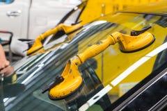 Żółty zasysający filiżanki lifter na przedniej szybie Obrazy Royalty Free