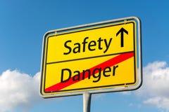 Żółty znak uliczny z bezpieczeństwem naprzód opuszcza niebezpieczeństwo behind obrazy stock