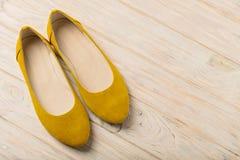 Żółtych kobiet ` s kuje baleriny na drewnianym tle Fotografia Royalty Free