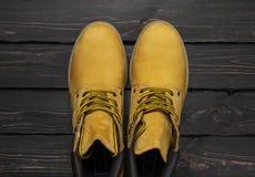 Żółtych mężczyzn pracy buty od naturalnej nubuck skóry na ciemnym drewnianym tło odgórnego widoku mieszkaniu kłaść z kopii przest obrazy royalty free