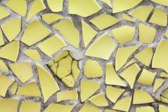 Żółtych mozaik ściana od łamanych kawałków ceramicporcelain płytki fotografia stock