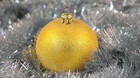 Żółtych wielkich nowego roku i bożych narodzeń dekoracj szklana piłka - dekoracje zbiory wideo