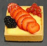 Żądny ciasto z porzeczkowymi jeżynowymi truskawkami Zdjęcie Royalty Free
