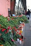 Żałobni kwiaty przy plakatowym terrorem no są blisko metra Insti obrazy stock