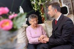Żałobny dyrektor pociesza kobiety zdjęcia royalty free