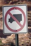 Żadny ciężarówki pozwolili drogowego podpisują wewnątrz pustynną pobliską roztoka jaru tamę fotografia stock