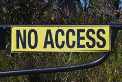 Żadny dojazdowy podpisuje wewnątrz żółtego kolor zdjęcie royalty free