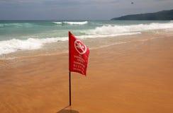 Żadny dopłynięcia Tutaj czerwona flaga na plaży w Phuket, Tajlandia Ostrzegawcza inskrypcja jest w Angielskich, Tajlandzkich i Ro Fotografia Stock