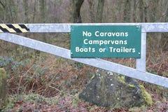 Żadny karawana obozowicza samochodów dostawczych przyczepy lub łodzie podpisują przy wakacje parkiem w wsi Zdjęcia Stock