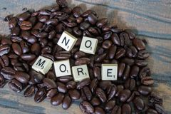 Żadny literujący out w gemowych kawałkach na kawie Zdjęcia Stock