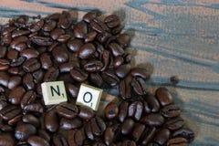 Żadny literujący out w gemowych kawałkach na kawie Fotografia Stock