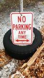 Żadny parking Jakaś czasu znak na oponie fotografia royalty free